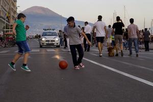 En vanlig kväll vid havet i Neapel, med Vesuvius i bakgrunden.