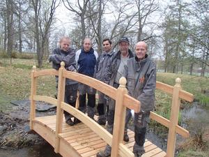 Den nya, fina träbron i Mackmyra Brukspark.