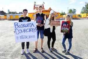 Cecilia Bergman, Jonas Lööv,  Emma Hultin och Agnes Arrhult demonstrerade utanför cirkusen.
