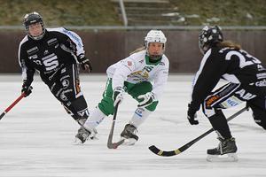 Olivia Dahlsten i en match mot SAIK förra säsongen. I vinter kommer hon att spela i den svart-vita tröjan.