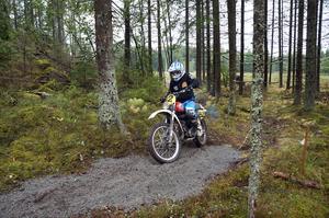 Vi kör i skogen – enduro? Så lydde en fyndig gammal slogan för mc-sporten enduro.  Gamla var också de motorcyklar som framfördes i veteranloppet Västmanland runt. Bo Myrbrink från Skultuna var en av förarna.