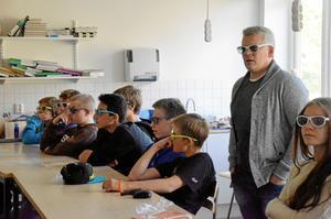 Hjälpmedel. Numer krävs det att eleverna har 3D glasögon på sig för att kunna följa med på lektionerna. Däremot krävs det allt färre böcker i undervisningen avslöjar Ingela Käller, lärare.