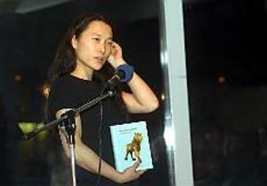 Astrid Trotzig talade om sina uppmärksammade böcker i biblioteket och sa att hon inte tror att det hon skriver förändrar världen. Men påverkar eftersom ord är makt. Foto: OLLE HILDINGSON