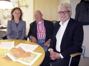 Sara Helmersson, bygg- och miljöförvaltningens chef, samt Roland Larsson (S) och Mats Hultin (M), vice ordförande respektive ordförande i bygg- och miljönämnden, berättar att det ska införas nya rutiner så att det blir mer rätt i framtiden.Foto: Grethel Hjuberger