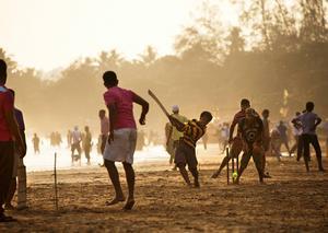 Cricket är en nationalsport och varje kväll samlas massor av barn för att spela på stranden.