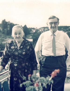 Signe och Oskar Ohlsson på verandan vid deras hus på Norra Bergsvägen i Husum.