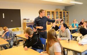 Engagemang. Oskar Axelsson, kommunikatör inom projektet Arbetsmarknadskunskap, besökte Klockarhagsskolan försökte ge en bild av verkligheten efter skoltiden. En inspirationslektion som ska bygga på dialog med ungdomarna.