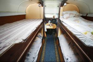 Bussen är elva meter lång och rymmer det mesta. Här är sovavdelningen och längst bak finns soffgruppen.