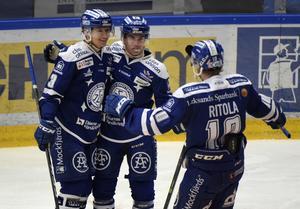 Oskar Lang  i mitten klappas om efter 1-0 under tisdagens ishockeymatch mellan Leksands IF och HV71.