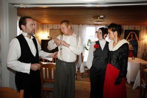 Sara Edberg, Jens Söderhäll, Linda Byman och Hans-Åke Andersson gör de sex rollerna, där en av dem är en mördare.