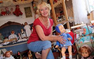 Museum med  dockor. Margareta von Wachenfeldt-Wimark har just öppnat sitt lilla dockmuseum i Bergby. Hon har drygt 600 dockor efter  20 års samlande.Foto: Ulrica Källström