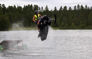 Hopp. Ett spektakulärt inslag i skoteråkningen på Nässjön var