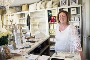 Anette Larsen har flyttat butiken från Centralgatan i Skutskär till sitt garage på Kolonigatan.
