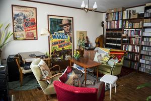 Vardagsrummet har en brokig mix av färgstarka textiler och möbler från 40-, 50- och 60-talet.