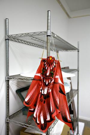 Nästan allt går att göra rent. Det här prydnadsföremålet i ömtåligt papper borstas av och hängs in i ozonkammaren för att befrias från röklukten.