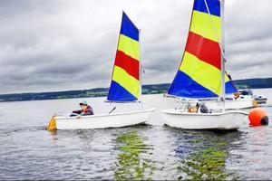Det är sällan någon trillar i vattnet på seglarskolan. Men om det är fint väder kan deltagarna få trilla i vattnet frivilligt, bara för att testa hur det känns.