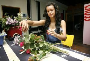 Elisa Eliasson gör bordsdekorationer av blommor.