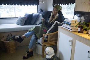 På soffan, som  snabbt förvandlas till säng. Kuddar i stickat från Deelicious. De mörkare grå i mocka kommer från Marias kompis, stylisten Jimmy Schönning.