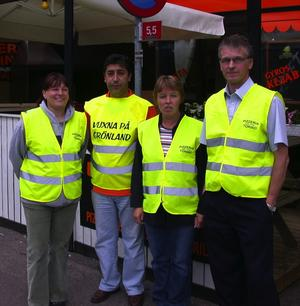 Föreningen har även fått oväntad hjälp från pizzeria Torinos ägare Mustafa Kilincaslan som bistår med västar och mat till gänget. Foto:Kenny Ericsson Tällberg