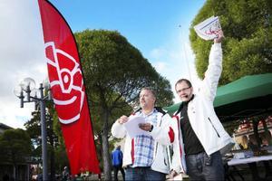 Robert Uitto och Gunnar Sandberg reser runt i länet på valturné med texter skrivna av revymakaren Reidar Eriksson. Krasst kan vi säga att de inte vinner något val på sina sångröster i varje fall.