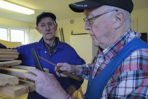 Stig Söderlund och Hilding Berglund passar på att snacka lite i verkstaden.