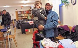 Mutaz Alhaija och hans son Taim är palestinska flyktingar från Syrien. De har fått en vinterjacka och en vinteroverall. Foto: Eva Högkvist