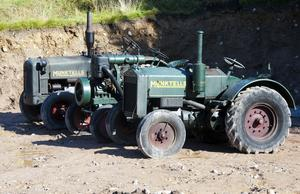 Äldre traktorer brukar väcka starka känslor. Några fina exemplar finns i  Urban Sondells samling.