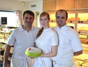 Ägarbytet kräver tårta. Dariusz Eliasz, t v, tar över Alnö Hembageri tillsammans med hustrun Mariola. Lena och David Elvinsson har drivit det sedan 2008.