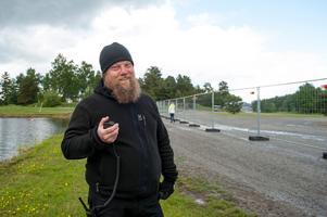- Att bygga en festival kräver att man tittar på alla bitar, infrastrukturen finns inte på plats över huvudtaget. Vi har med oss ett eget vattensystem, både för kloaker och dricksvatten, säger Erik Norén som arbetar med infrastrukturen på Hultsfredsfestivalen.