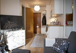 Med ryggen mot fönstret. Från ytterdörren kommer man in i hallen och sedan till köket (tidigare endast kokskåp) och badrum med toa och dusch. Närmast fönstret, där rummet är som bredast, finns matplats (utanför bild) och soffan/sängen.