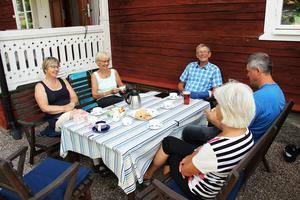 Elisabeth Wallinder, Berit Jansson, Sten Wallinder, Lars Wallinder och Gunnel Wallinder berättar om livet i Djupa.