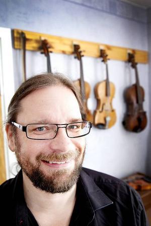 Fiolspelmannen Kjell-Erik Eriksson är med i två välkända grupper från Östersund, Triakel och Hoven Droven. Triakel är aktuella med sin nya skiva Thyra och i år är det 20 år sedan Hoven Drovens första skiva Hia Hia släpptes.