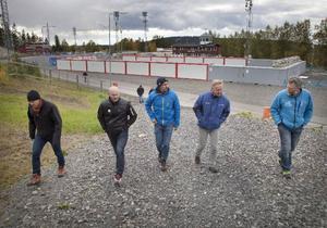 Mathias Fredriksson, till vänster, guidade besökarna runt VM-stadion. Ett stadion som mer liknar en arbetsplats just nu eftersom den stora ombyggnaden pågår för fullt.