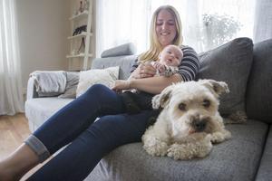 Sofia Söderström och hennes sambo hoppas på att hitta ett boende med trädgård i Bomhus. Då kan hunden Frasse, och senare dotter Agnes, springa ute själva.
