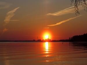En vacker och helt magisk solnedgång sedd från Björnön 140421.Tog många vackra bilder på denna solnedgång, men valde den här som en uppmaning och symbol att vi kanske skall ha solenergi i stället för att elda sopor.
