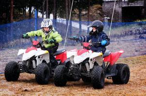 Wilhelm Daabach (t.v.) och Hampus Jonsson-Brandvold passade på att åka minifyrhjuling under julmarknaden.