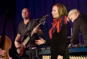 Halhta Tjalhta bjöd på en suggestiv och stämningsfull jojkkonsert. Från vänster Lasse Ericsson, Anna Kråik och Tomas Nyqvist. Med i bandet är också Gustav Hylén.