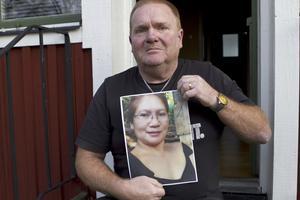 väntar. Lars Åkerman väntar i hemmet i Strömsholm på sin fru Jonalyn som han gifte sig med i december 2014. Men Migrationsverket har inte ens börjat handlägga ärendet.Foto: Jan Björkegren