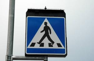 Blinknde ljusrad. En blinkande ljusrad över den traditionella skylten för övergångsställe ska få bilister att bättre upptäcka fotgängare på övergångsstället.