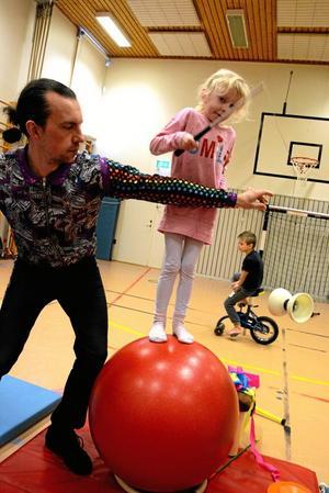 Dubbla talanger. Att balansera på en boll kan vara svårt nog. Och att samtidigt hantera en diablo kräver skicklighet.