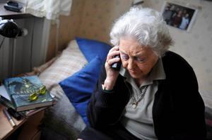 En undersökning i höstas, då Synovate frågade 400 pensionärer om deras mobilvanor, visade att 86 procent av dem äger en mobil, men att nästan varannan var osäker och undvek att använda den. Foto: Bertil Ericson / SCANPIX