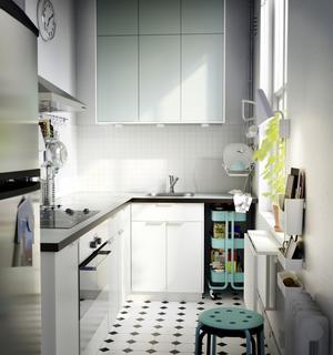 Vattenfärg. Köksluckorna går i ljusturkos och heter Rubrik Applåd och matchar rullvagnen Råskog som kostar 499 kronor, från Ikea.