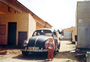Så här såg det ut sommaren 1980 när familjen Johansson tog sitt nya hus i besittning. Dottern Ulrika - då 2,5 år - poserar framför familjens andra bil - Kjells Volvo fanns med på den här tiden också - på Baldergatan 6.