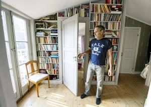 Böcker är vackra och skapar fin atmosfär i ett hem. Men de tar också plats. Hemma hos Robert Bolinder byggdes en hylla i hallen på familjens övervåning.