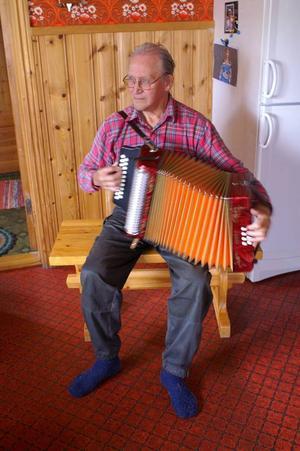 Vid 45-års ålder fick Ragnar ett durspel av sin fru Rosita. Här spelar han Norska valsen med stor skicklighet.