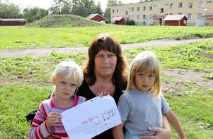 Angelica och Rebecca Engström, med mamma Elisabeth Gustavsson med teckningen som visar lekparken som de vill ha.
