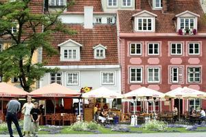 Det gamla historiska Riga, Vecriga, är perfekt för sommarstrosande och gyllene kaffestunder.