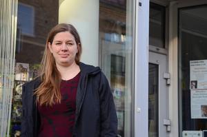 Sara Arnestål utanför bokhandeln där hon jobbar mellan uppdragen som team manager för Damkronorna.