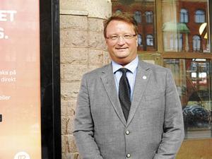 Riksdagsmannen Lars Beckman, M, ogillar att Gävleborg inte följer riksdagens beslut om vilken vård asylsökande och papperslösa ska få.