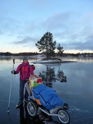 Familjen Nilssons favoritårstid är vintern. Då är det lätt att ta sig ut med Hjalmar i rullstol på is och med biski på snö.